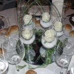 Centrotavola con rose nei bicchieri